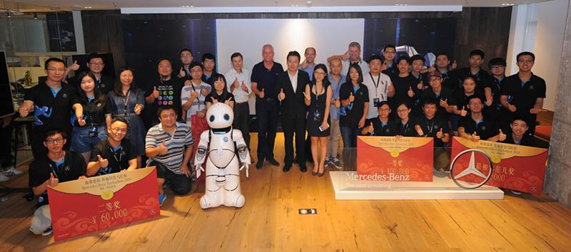 Daimler Vertreter mit den Teilnehmern des China Hackathons