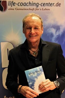 Ewald Schober präsentiert sein neues Buch Dein Buch (Bild: Manfred Langhuber)