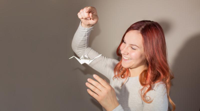 Kranichlampe DesignerLampe aus Birkenholz mit weissen Origami Kranichen