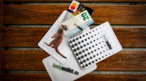 Das Bodywallet ist eine kleine leichte Tasche, welche man wie ein Pflaster direkt auf die Haut klebt und in die man Wertsachen wie Geldscheine und Kreditkarten verstauen kann