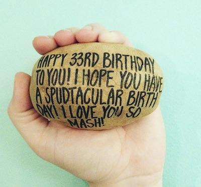 Potato Parcel Nachrichten und Grüße auf einer Kartoffel